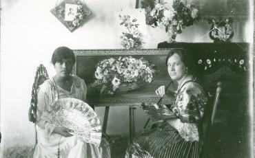 Retrato de muchachas; una de ellas sostiene un abanico. Fototeca de Cuba