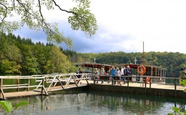 4- Recorrido en barco para los visitantes del Parque de Plitvice