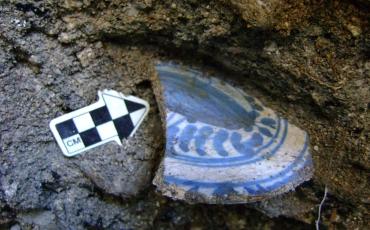 Fragmento de plato de mayólica española (Talavera Azul sobre Blanco) en el momento de su hallazgo