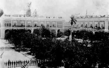 Izado de la bandera cubana en la azotea del Palacio de los Capitanes Generales. 20 de mayo de 1902