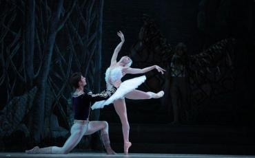 La primera bailarina del BNC Viengsay Valdés junto a Moisés Martín, del Ballet Nacional de España, en El lago de los cisnes