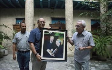 recorrido-cimex-21. La delegación de la Corporación CIMEX obsequió al Historiador de la Ciudad de La Habana una fotogra