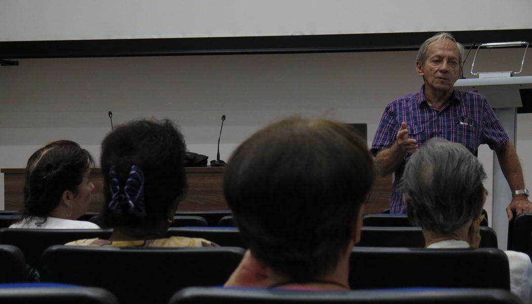 Dr. Evelio Díaz Lezcano durante su conferencia Impacto político, social y cultural de la Revolución de Octubre en Cuba