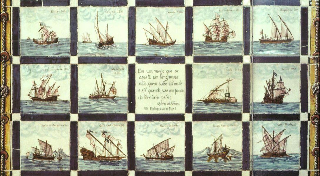Retablo realizado con piezas de cerámica policromada pintadas a mano, que muestra diversas embarcaciones portuguesas de los siglos XV y XVI con su correspondiente nombre en la parte superior. Conservado en el museo Marítimo de Lisboa