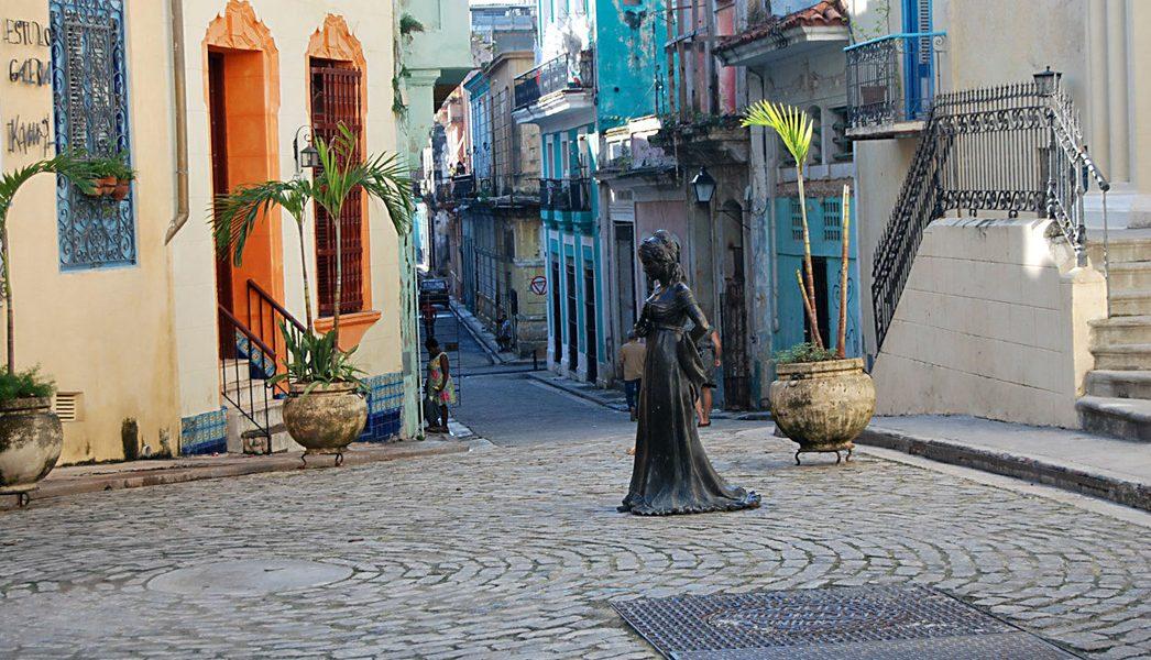 Escultura en bronce de Cecilia Valdés emplazada en la Loma del Ángel