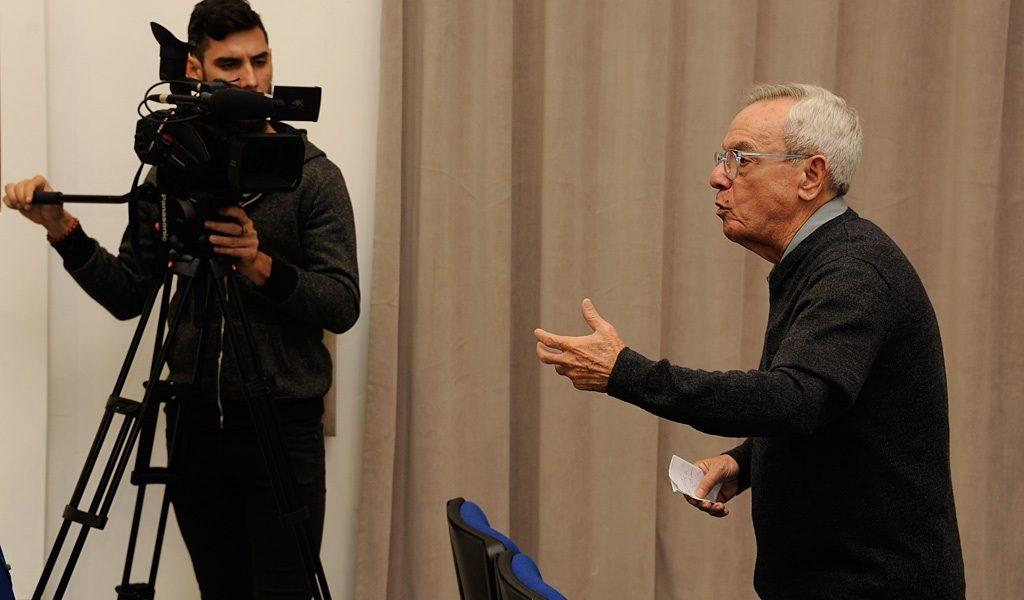 Dr. Leal presentando el documental