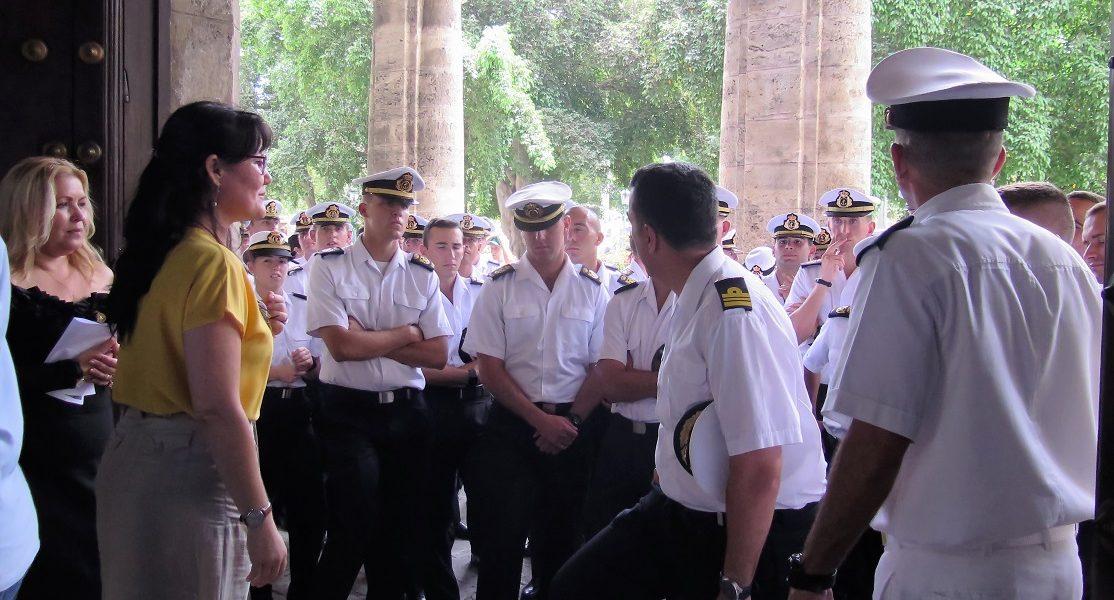 Los marines del buque-escuela Juan Sebastián de Elcano de la Armada española visitan el Palacio del Segundo Cabo